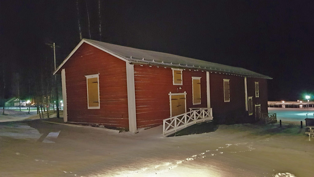 Vanha punainen makasiini talvisessa maisemassa