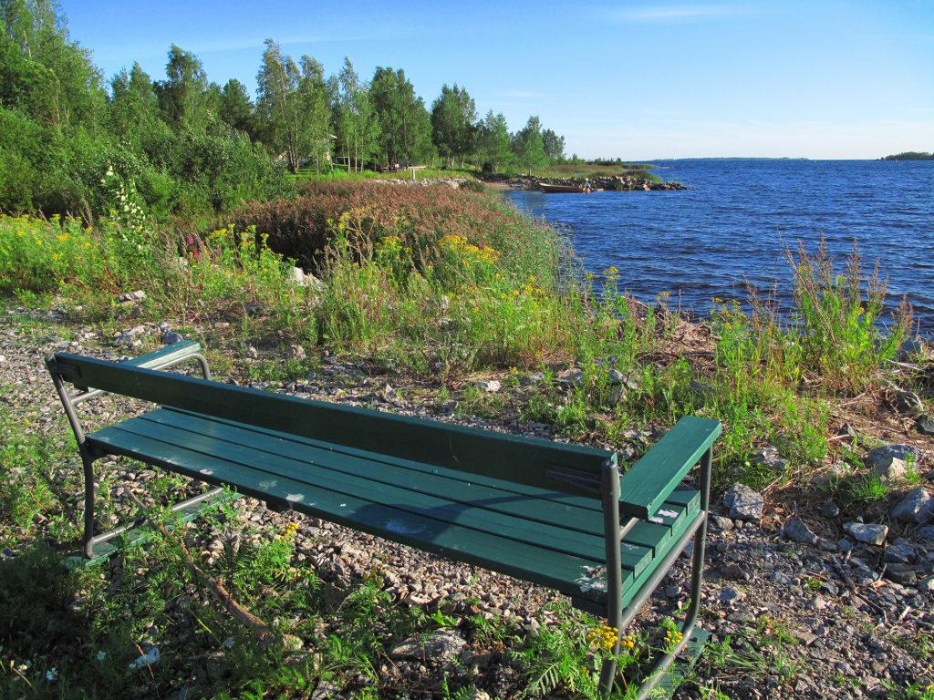 Puistonpenkki ihan meren äärellä Paavonkarissa.
