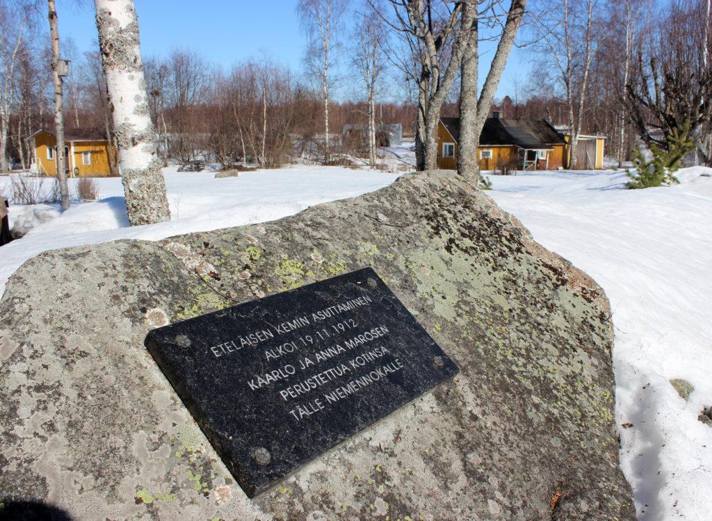 Kiveen kiinnitetty muistolaatta, jossa lukee: Eteläisen Kemin asuttaminen alkoi 19.11.1912 Kaarlo ja Anna Marosen perustettua kotinsa tälle niemennokalle.