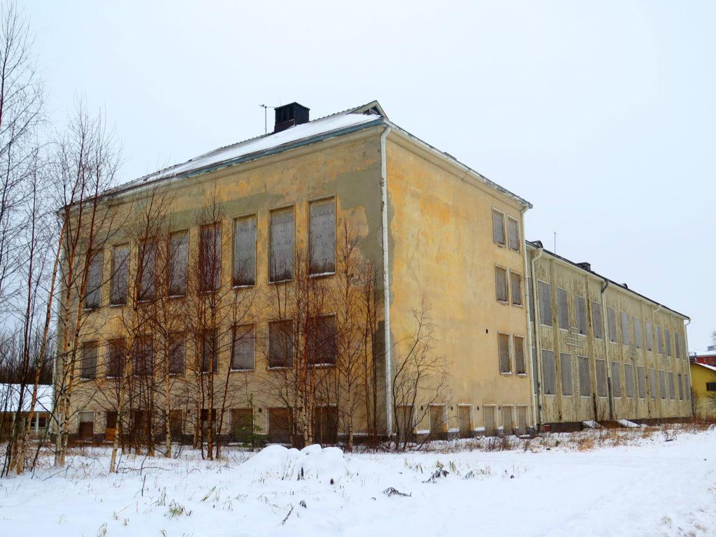 Surullisen ränsistynyt entinen koulurakennus Rytikarissa.