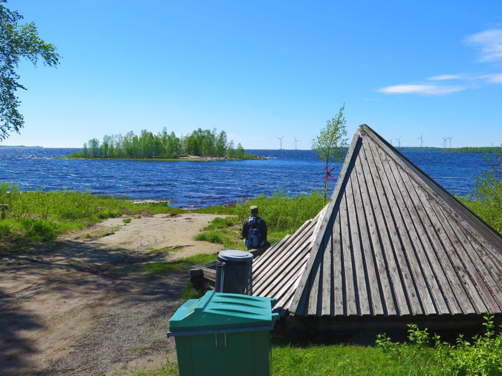 Mies istuu Satamakankaan laavulla ja katselee merta, aurinko paistaa ja taitaa vähän tuullakin.