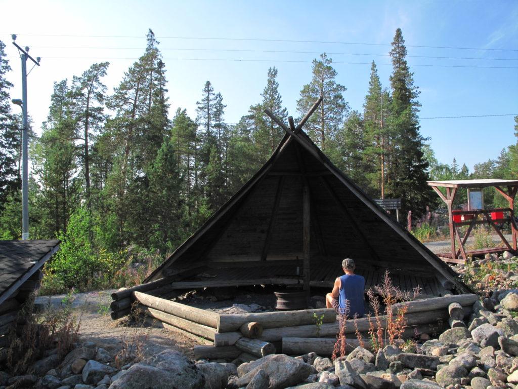 Mies istuu Kirnuvaaran laavulla Hepolan kuntoreitin varrella.