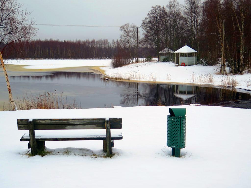 Lumipeitteinen Paavonkarin uimaranta, vesi on vielä osin sulana.