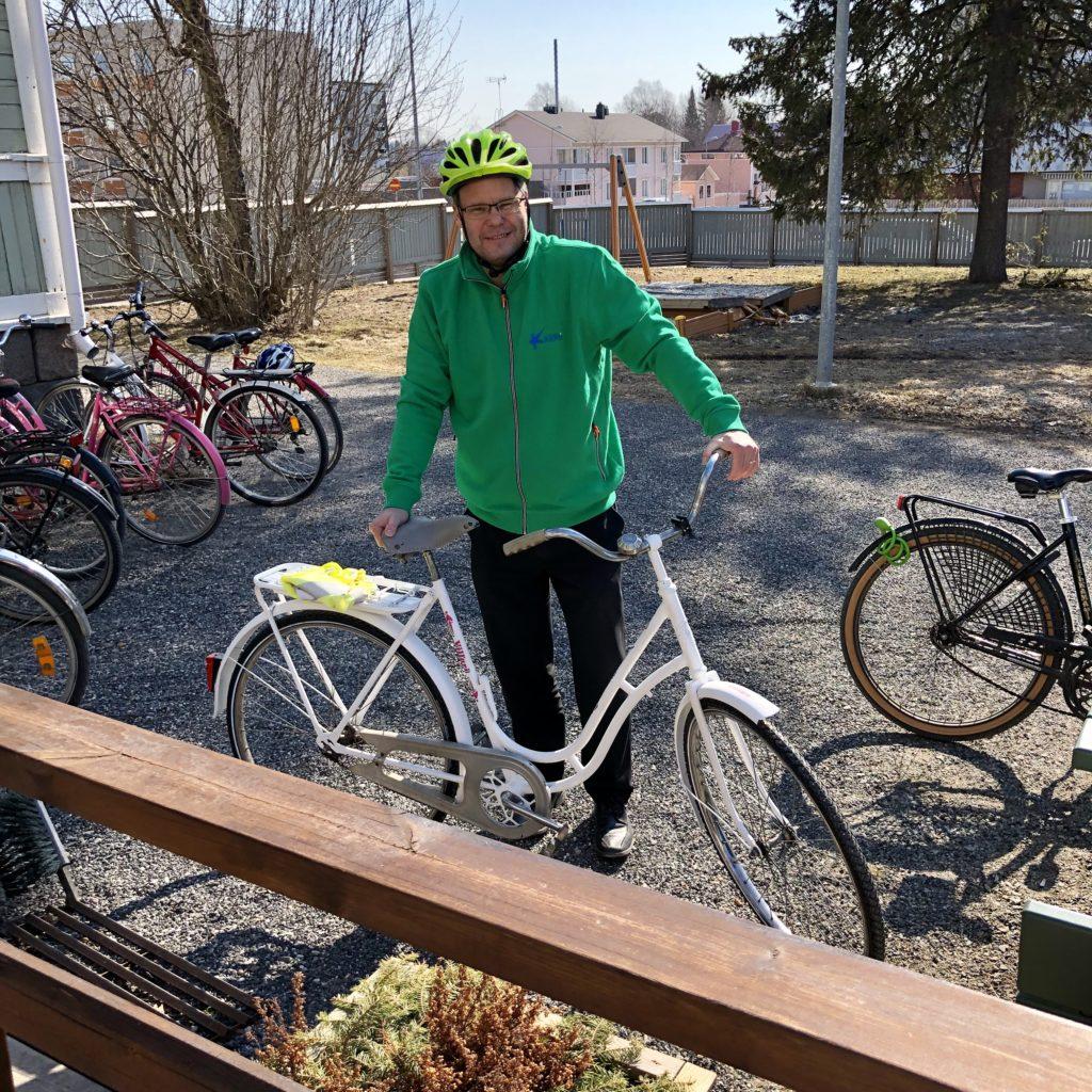 Kaupunginjohtaja Tero Nissinen ja kaupunkipyörä virkavillari.