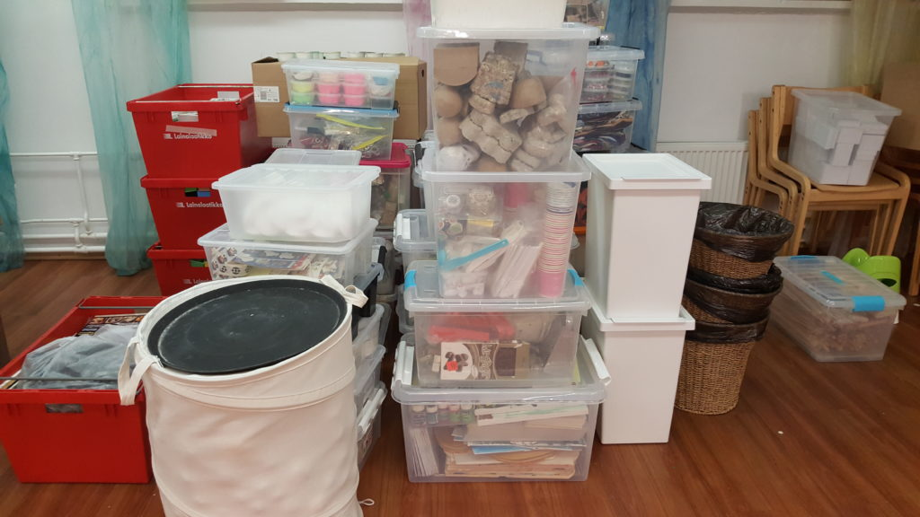 Lastenkulttuurikeskuksen tarvikkeet pakattuina odottamassa muuttoa. KUVA: SANNA LEMILÄINEN