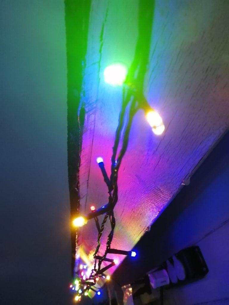 Värivalot talon räystäällä