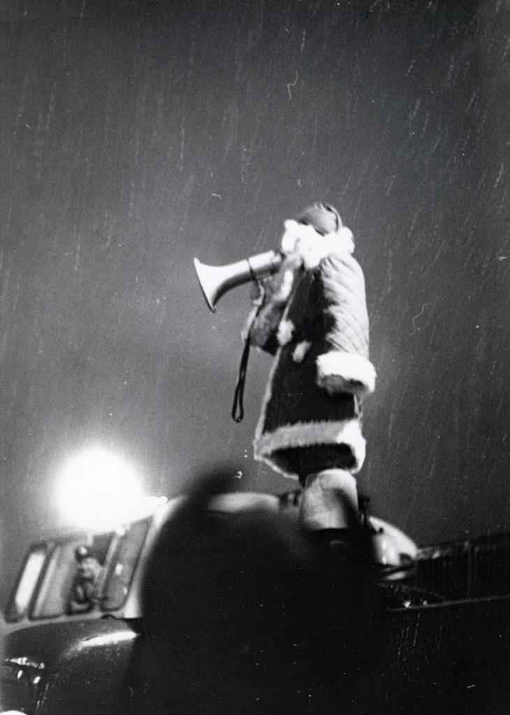 Joulupukki megafonin kanssa