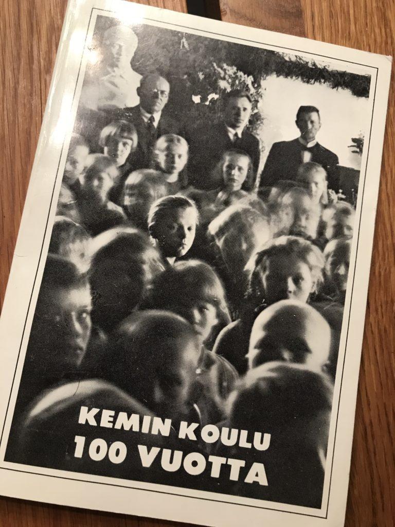 Mustavalkoinen kuva Kemin koulu 100 vuotta, kuvassa oppilaita ja opettajia