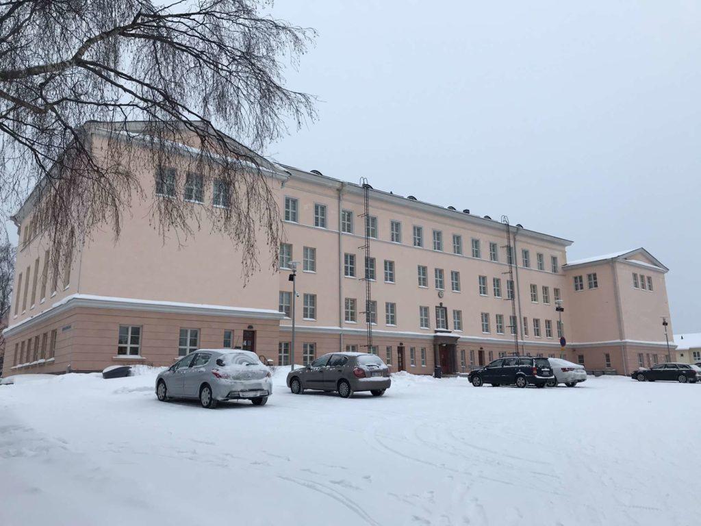 Kemin lukion rakennus talvisessa maisemassa