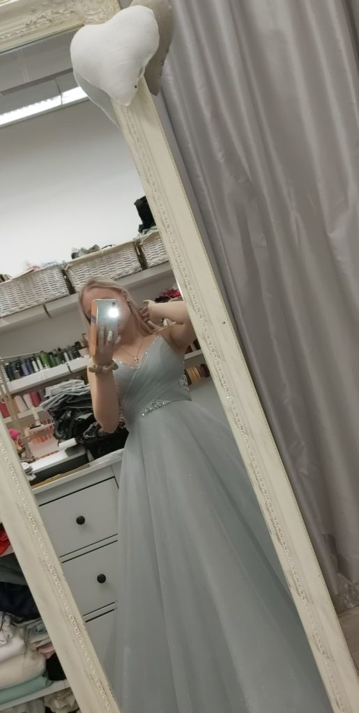 Vanhojen tanssien mekko peilin kautta kuvattuna