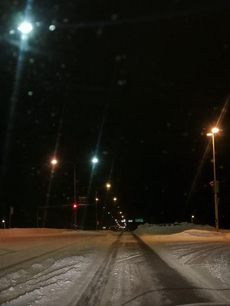 Pimeä, luminen katunäkymä