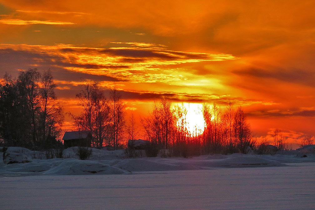 Auringonlasku punertaa taivaan