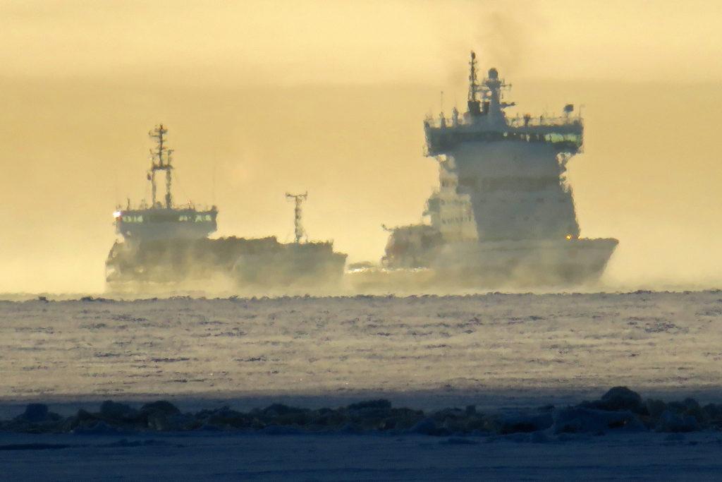 Kaksi laivaa hyisellä merellä