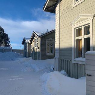 Puisen rakennuksen sivukuva talvisessa maisemassa