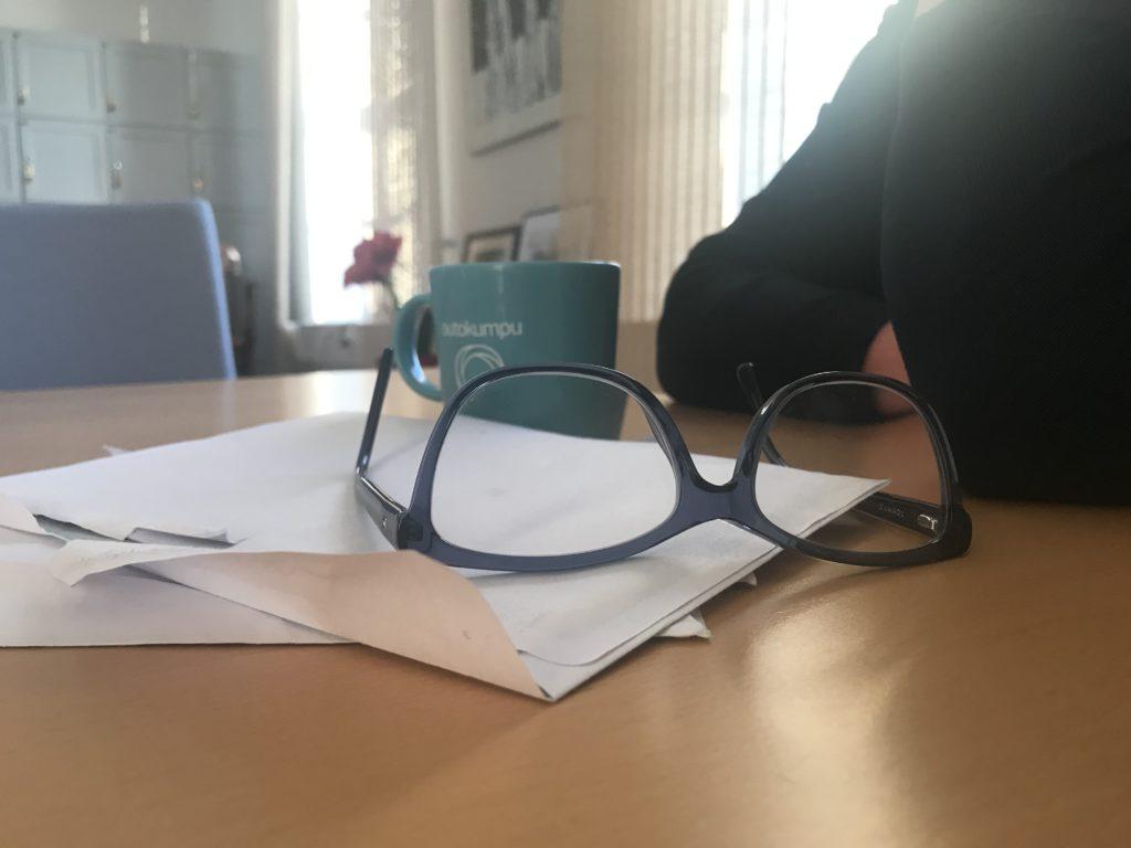 Kahvikuppi ja silmälasit