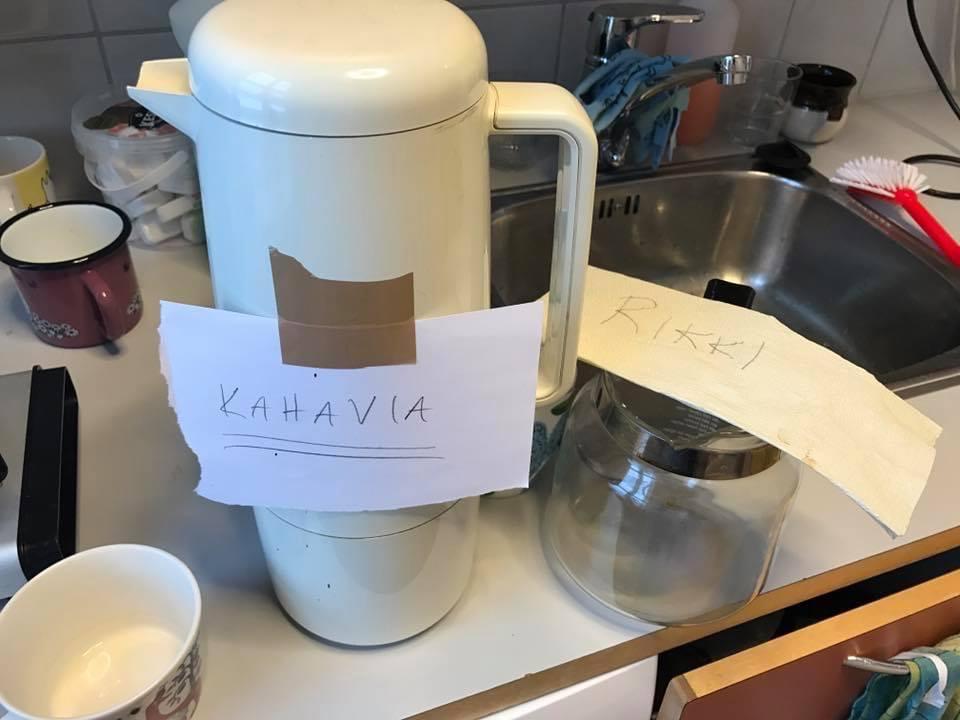 Termoskannu sekä rikkinäinen kahvipannu