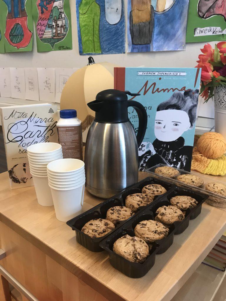 Tarjolla kahvia ja pikkuleipiä