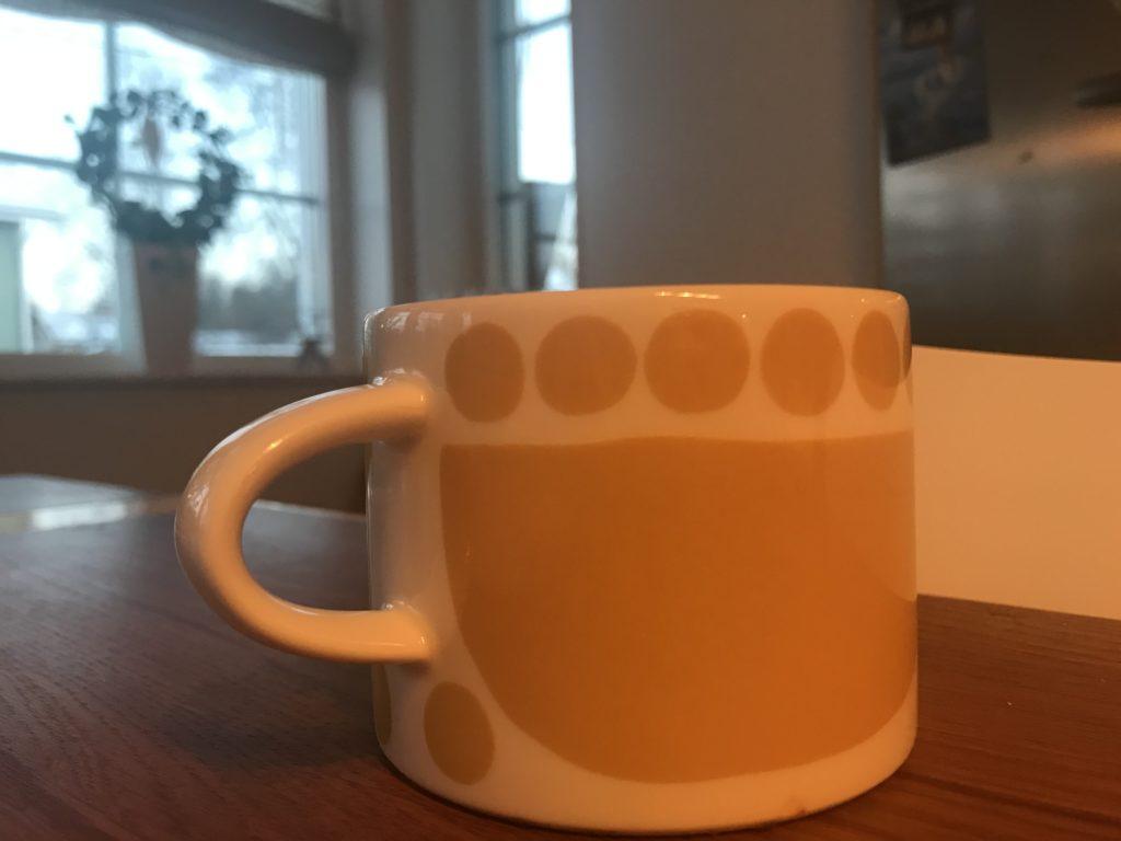 Keltainen kahvimuki