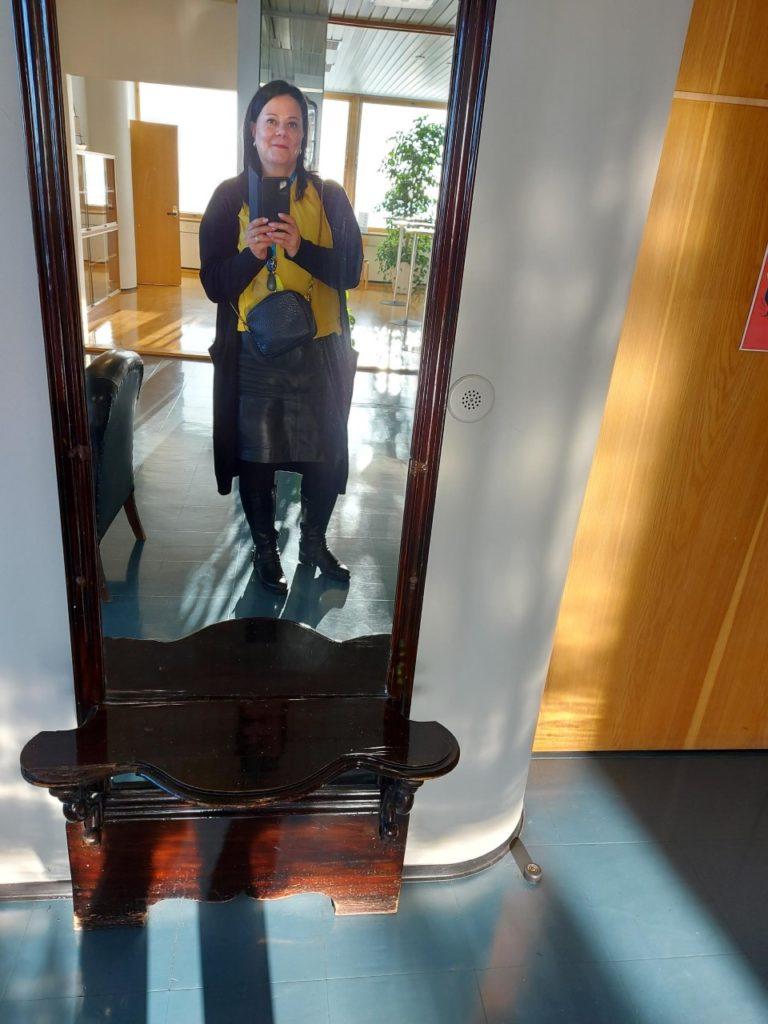 Nainen ottaa kuvan itsestään vanhan peilin edessä