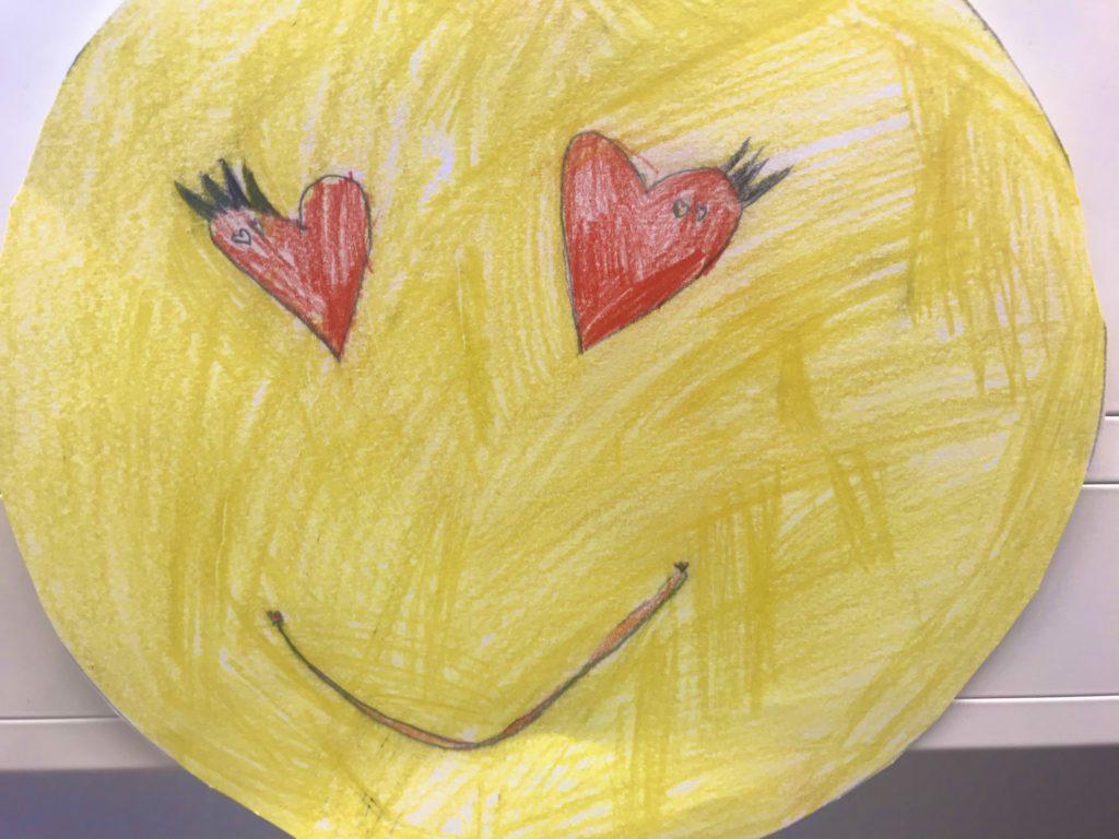 Kakkosluokkalaisen piirtämä hymyemoji