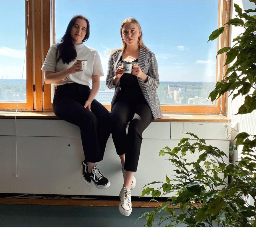 Korkeakouluharjoittelijat Johanna ja Ella istuvat ikkunan äärellä